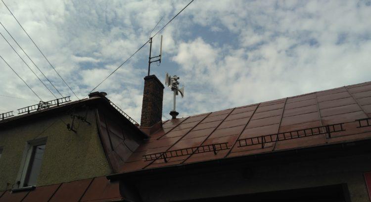 Syrena elektroniczna na dachu remizy