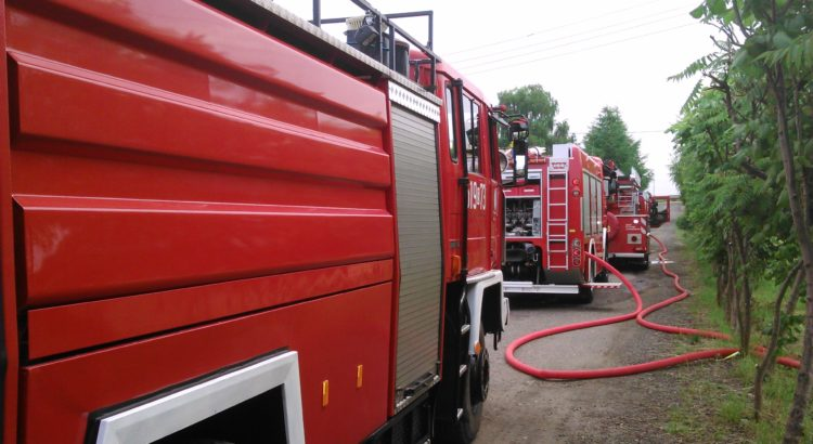 Samochody pożarnicze ustawione na drodze.